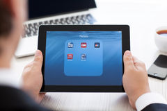 Homme d'affaires tenant l'iPad avec les actualités APP sur l'écran photos libres de droits
