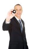 Homme d'affaires tenant la boule de billard noire Photos stock