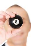 Homme d'affaires tenant la boule de billard noire Images stock