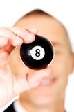 Homme d'affaires tenant la boule de billard noire Photo stock