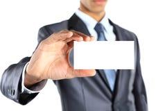 Homme d'affaires tenant la carte de visite professionnelle vierge de visite Photos stock