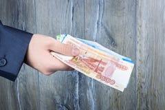 Homme d'affaires tenant la main d'argent photographie stock