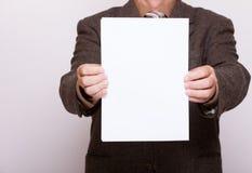 Homme d'affaires tenant la page du papier blanche. Concept d'affaires. Photo libre de droits