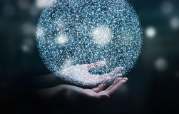 Homme d'affaires tenant la sphère de réseau informatique du rendu 3D dans sa main Photo libre de droits