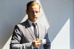 Homme d'affaires tenant la tasse de café Photos stock