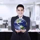 Homme d'affaires tenant la terre photo libre de droits