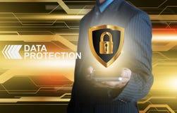 Homme d'affaires tenant le bouclier intelligent de protection des données de téléphone avec un Photographie stock libre de droits