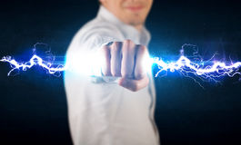 Homme d'affaires tenant le boulon léger de l'électricité dans des ses mains Photo libre de droits