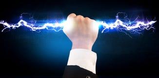 Homme d'affaires tenant le boulon léger de l'électricité dans des ses mains Images libres de droits