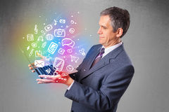 Homme d'affaires tenant le carnet avec des multimédia tirés par la main colorés Image stock