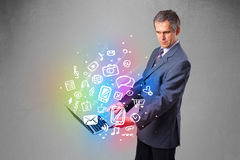 Homme d'affaires tenant le carnet avec des multimédia tirés par la main colorés Photo stock