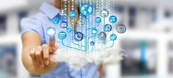 Homme d'affaires tenant le circuit électronique moderne avec des icônes de Web dedans Photos stock