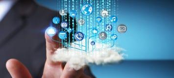Homme d'affaires tenant le circuit électronique moderne avec des icônes de Web dedans Photographie stock libre de droits