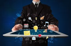 Homme d'affaires tenant le comprimé avec des apps Photos stock