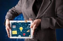Homme d'affaires tenant le comprimé avec des apps Images libres de droits