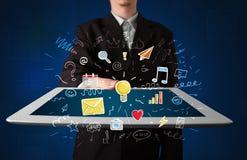 Homme d'affaires tenant le comprimé avec des apps Photographie stock
