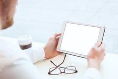 Homme d'affaires tenant le comprimé avec l'écran blanc vide vide image libre de droits