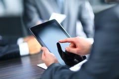 Homme d'affaires tenant le comprimé numérique Image stock