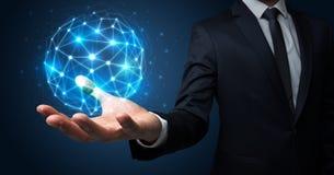 Homme d'affaires tenant le concept global de connexion Image libre de droits