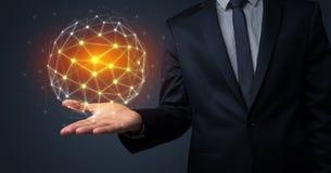 Homme d'affaires tenant le concept global de connexion Image stock