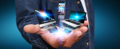 Homme d'affaires tenant le dispositif de technologie dans sa main Images stock