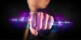 Homme d'affaires tenant le futur réseau de système de données de technologie Photo stock