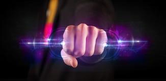 Homme d'affaires tenant le futur réseau de système de données de technologie Images libres de droits