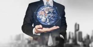 Homme d'affaires tenant le globe avec la connexion réseau en main Des éléments de cette image sont fournis par la NASA Photographie stock libre de droits