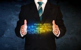 Homme d'affaires tenant le nuage de nombre Photographie stock