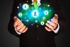 Homme d'affaires tenant le réseau social de media Image stock