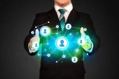 Homme d'affaires tenant le réseau social de media Images stock