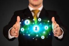 Homme d'affaires tenant le réseau social de media Photo libre de droits
