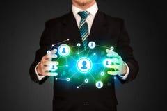 Homme d'affaires tenant le réseau social de media Image libre de droits