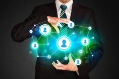 Homme d'affaires tenant le réseau social de media Photo stock