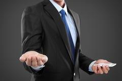 Homme d'affaires tenant le téléphone intelligent mobile, une autre présentation de main Image libre de droits
