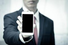 Homme d'affaires tenant le téléphone intelligent, téléphone portable, téléphone photos stock