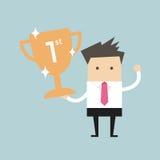 Homme d'affaires tenant le trophée de gain Photos stock