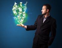 Homme d'affaires tenant les papiers-monnaies rougeoyants Images libres de droits