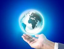 Homme d'affaires tenant un globe rougeoyant de la terre Photo libre de droits