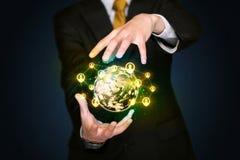 Homme d'affaires tenant un globe social de media Images libres de droits