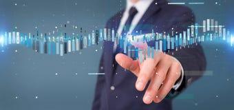Homme d'affaires tenant un infor de données de commerce de bourse des valeurs d'affaires photos stock