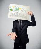 Homme d'affaires tenant un papier avec des diagrammes et le paysage urbain en o avant Photos stock
