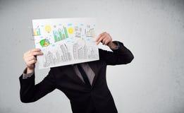 Homme d'affaires tenant un papier avec des diagrammes et le paysage urbain en o avant Images libres de droits