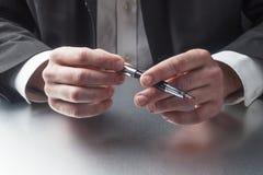 Homme d'affaires tenant un stylo d'encre au bureau Photo stock