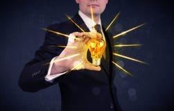 Homme d'affaires tenant une ampoule électrique Photos stock