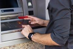 Homme d'affaires tenant une carte de crédit Photographie stock