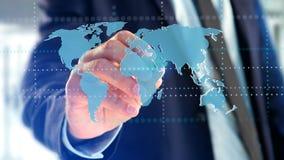Homme d'affaires tenant une carte reliée du monde sur un interf futuriste Images libres de droits