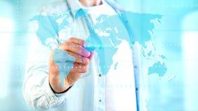Homme d'affaires tenant une carte reliée du monde sur un interf futuriste Photos libres de droits