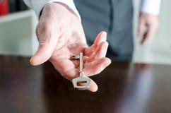 Homme d'affaires tenant une clé Images stock