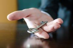 Homme d'affaires tenant une clé Image libre de droits